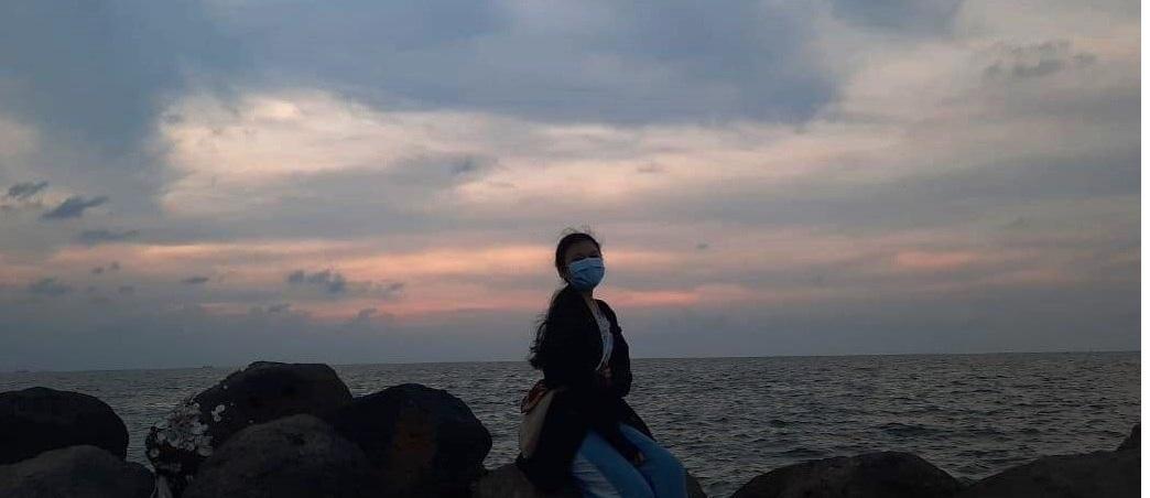 Salah satu wisatawan Nampak berswafoto dengan latar belakang senja dan ombak di Wisata Pantai Marina baru-baru ini. (RISCA KRISDAYANTI/LINGKAR JATENG)