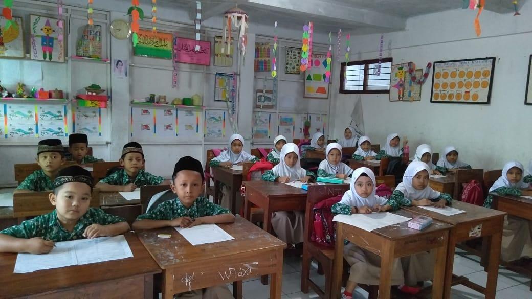 BELAJAR: Kegiatan pembelajaran siswa di MI Miftahul Huda 4 sebelum pandemi covid-19. (NISA HAFIZHOTUS SYARIFA/LINGKAR JATENG)