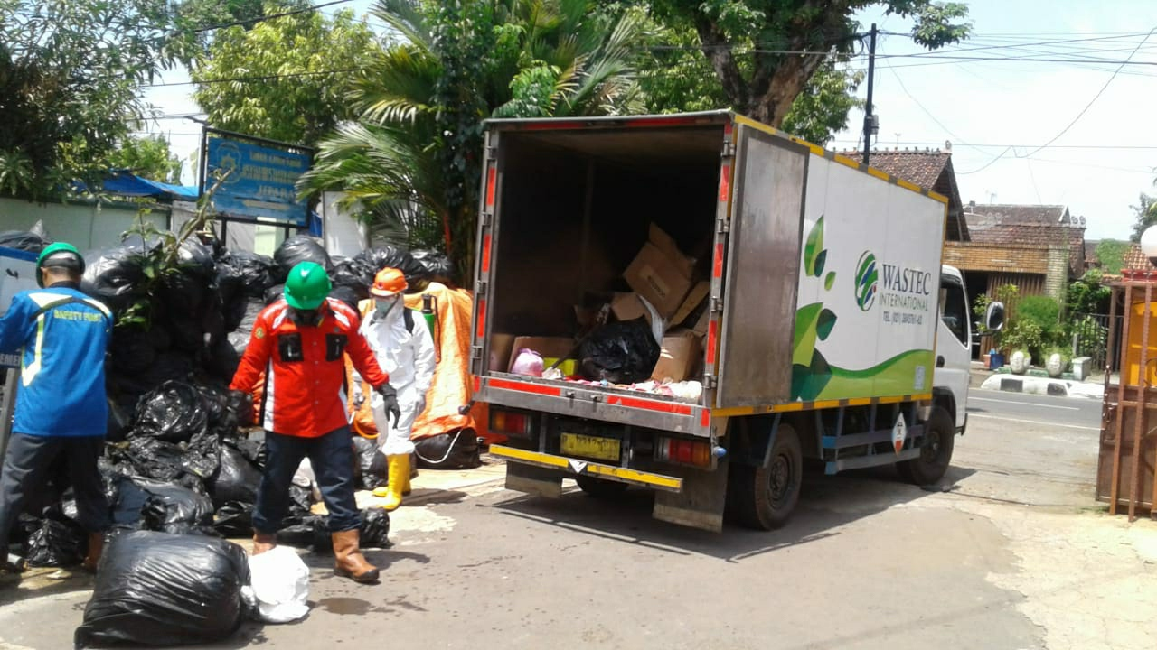 Sejumlah petugas saat memasukkan sampah infeksius Covid-19 ke dalam truk boks di halaman kantor BPBD Jepara, belum lama ini. (DOK. LINGKAR JATENG)