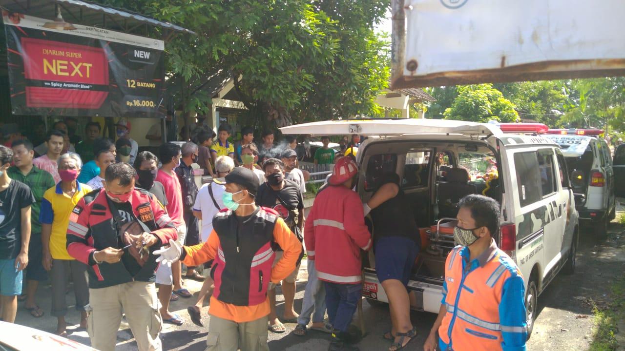 PERISTIWA: Suasana proses evakuasi korban kebakaran rumah kos di Gembongan, Kartasura, Sukoharjo Jumat (25/12/2020).(PUJOKO/LINGKAR.CO)
