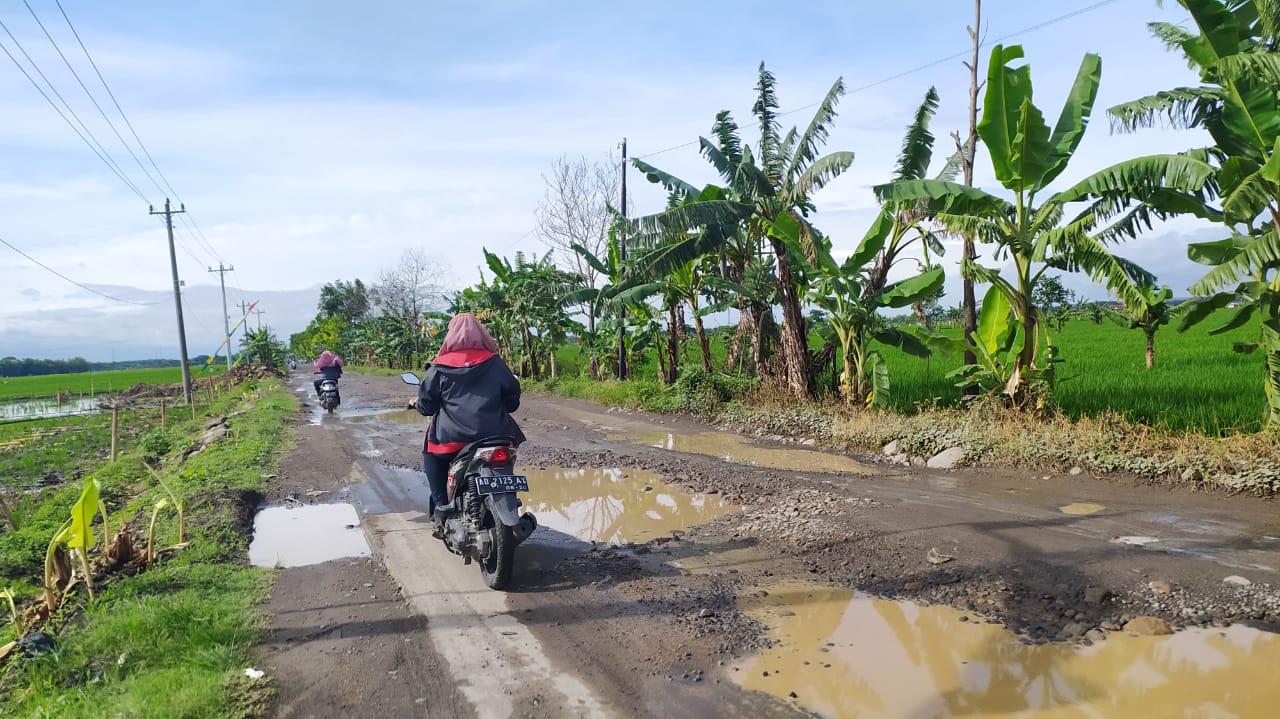 BERBAHAYA: Sejumlah warga saat melintas di ruas jalan penghubung Desa Gawan dan Desa Suwatu, Kecamatan Tanon kemarin. (MUKHTARUL HAFIDH/LINGKAR JATENG)
