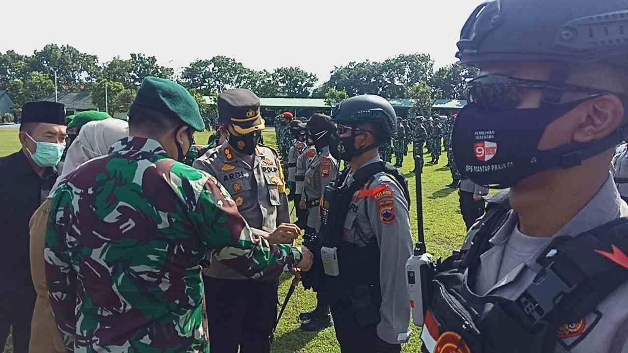 TEGAS: Jajaran Polres Sragen saat pengecekan kelengkapan perlengkapan anggota jelang tahun baru.(MUKHTARUL HAFIDH/LINGKAR.CO)