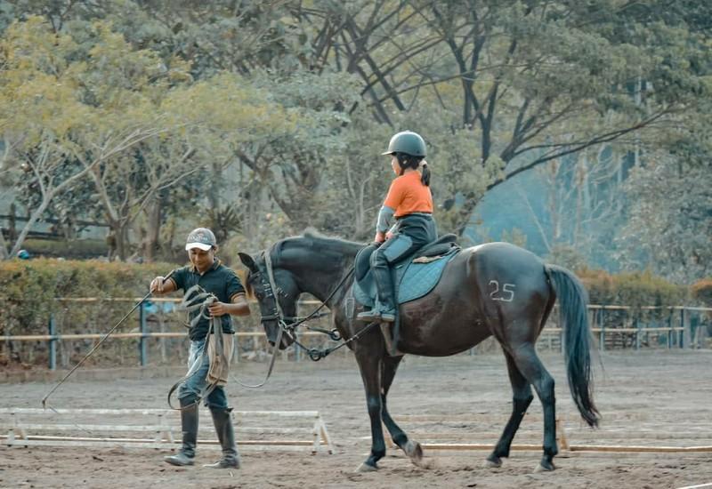 ASYIK: Seorang pengunjung menikmati pemandangan denganmenunggangi kuda di kawasan Desa Leban, Kecamatan Boja baru-baru ini. (DOK LINGKAR.CO)