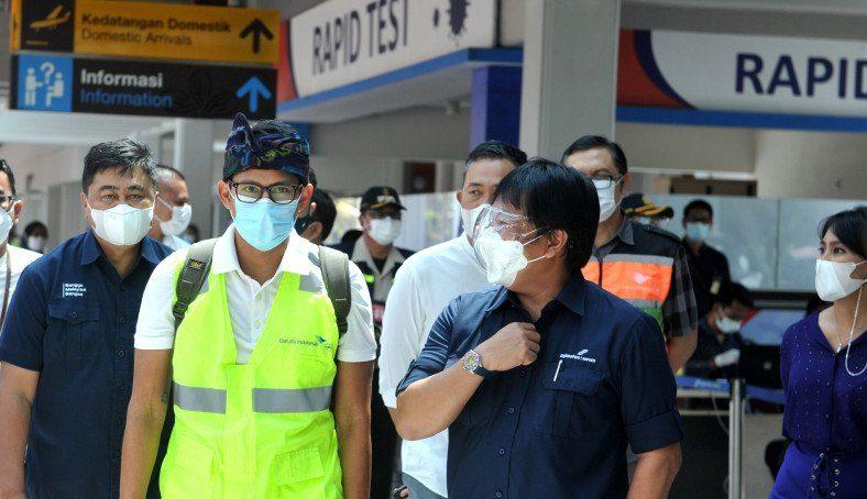 Menteri Pariwisata dan Ekonomi Kreatif (Menparekraf) Sandiaga Salahuddin Uno meninjau area Terminal Domestik Bandara Internasional I Gusti Ngurah Rai, Badung, Bali, Minggu (27/12). (ANTARA/LINGKAR.CO)