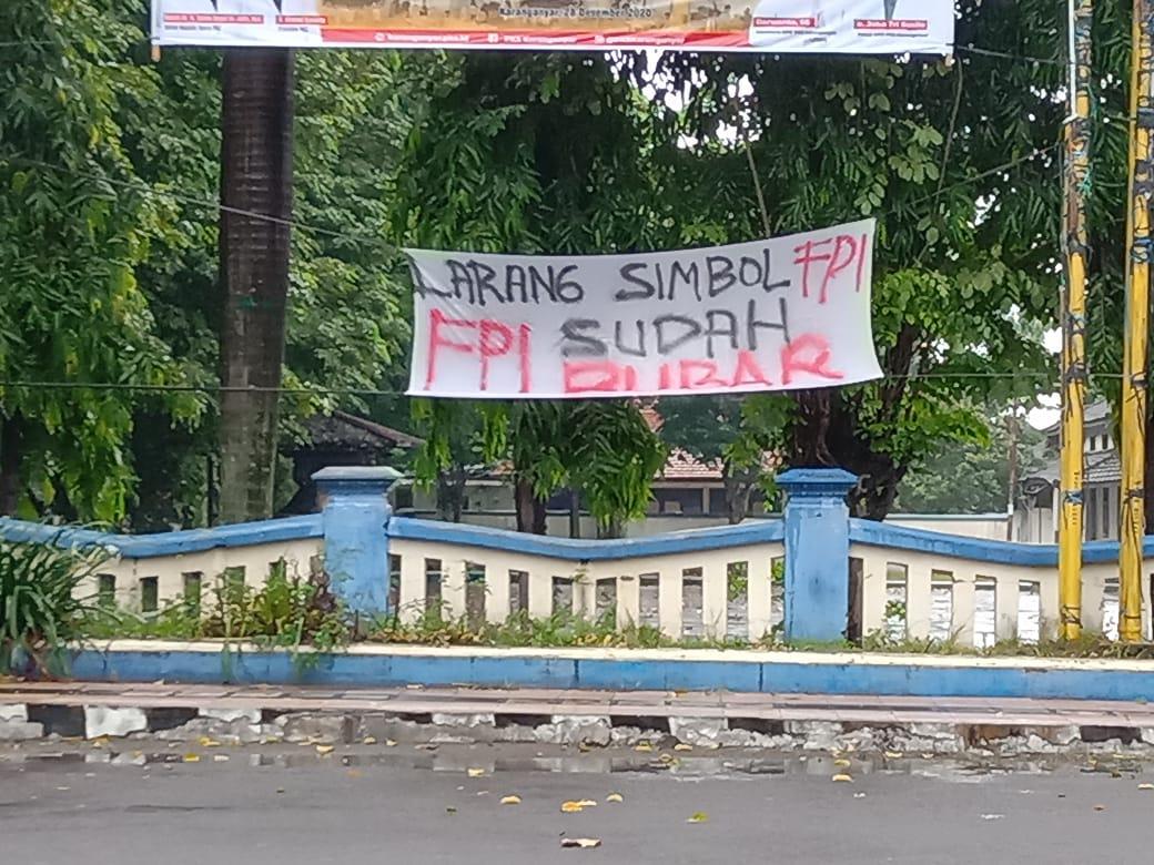 TEGAS: Spanduk larangan adanya simbol FPI dipasang di Jalan Kapten Mulyadi, Karanganyar.(PUJOKO/LINGKAR.CO)