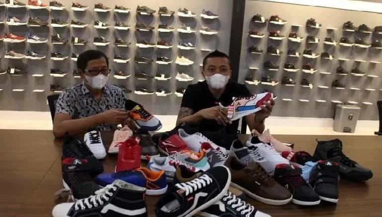 LIHATKAN : Pemilik PT ADCO Pakis Mas Klaten, Aditya Caesarico (Kanan) saat memperlihatkan sepatu produksinya pada masa pendemi Covid-19, di Pabrik sepatu Aero Street Desa Bentangan, Klaten, Senin (21/12). (ANTARA / LINGKAR JATENG )