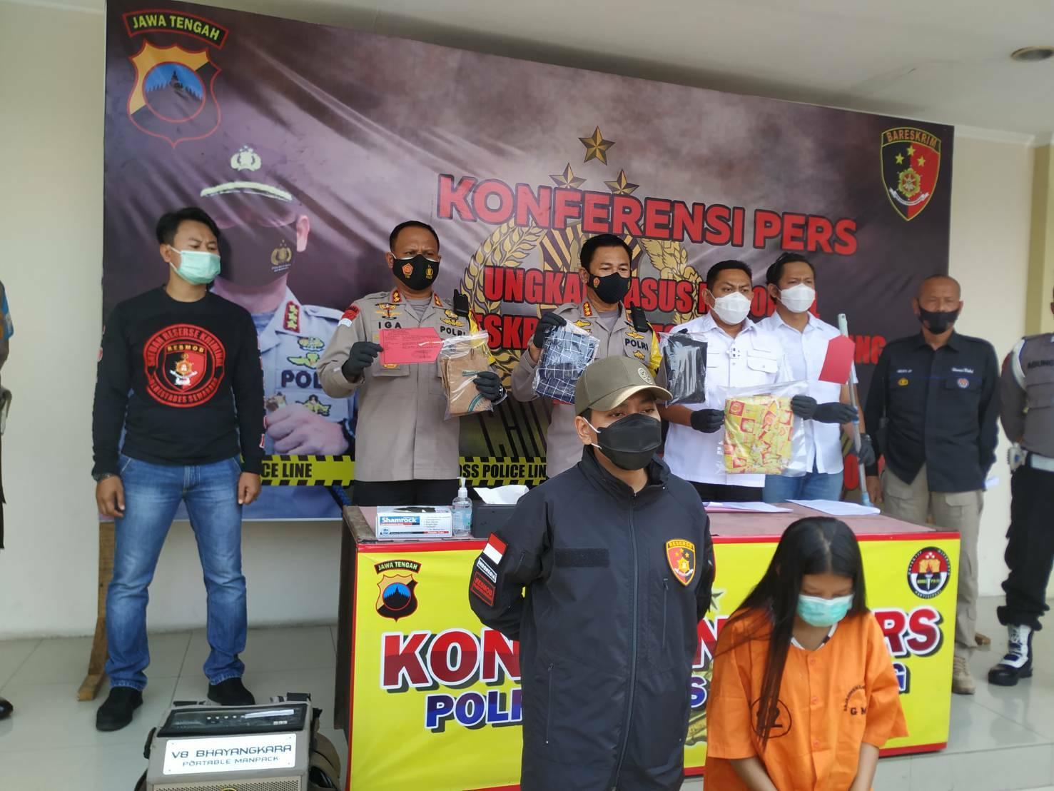 MENUNJUKKAN: Kaolrestabes Semarang saat menunjukkan barang bukti dalam jumpa pers, baru- baru ini. (RISCA KRISDAYANTI/LINGKAR JATENG)