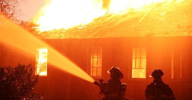 Ilustrasi kebakaran gudang. (DOK. LINGKAR.CO)