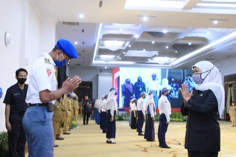 Gubernur Jatim Khofifah Indar Parawansa (kanan) di sela Pembukaan Masa Pengenalan Lingkungan Sekolah (MPLS) 2020 melalui sambungan konferensi video di Gedung Negara Grahadi Surabaya, Senin (13/07). (ANTARA/LINGKAR.CO)