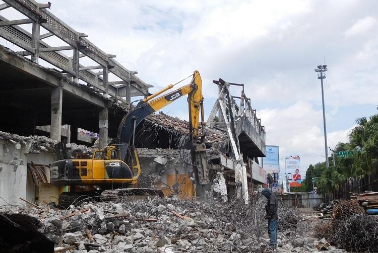 Rubuh: Para pekerja sedang merubuhkan bangunan bekas mall Matahari menggunakan escavator, baru-baru ini. (NISA HAFIZHOTUS SYARIFA/LINGKAR JATENG)