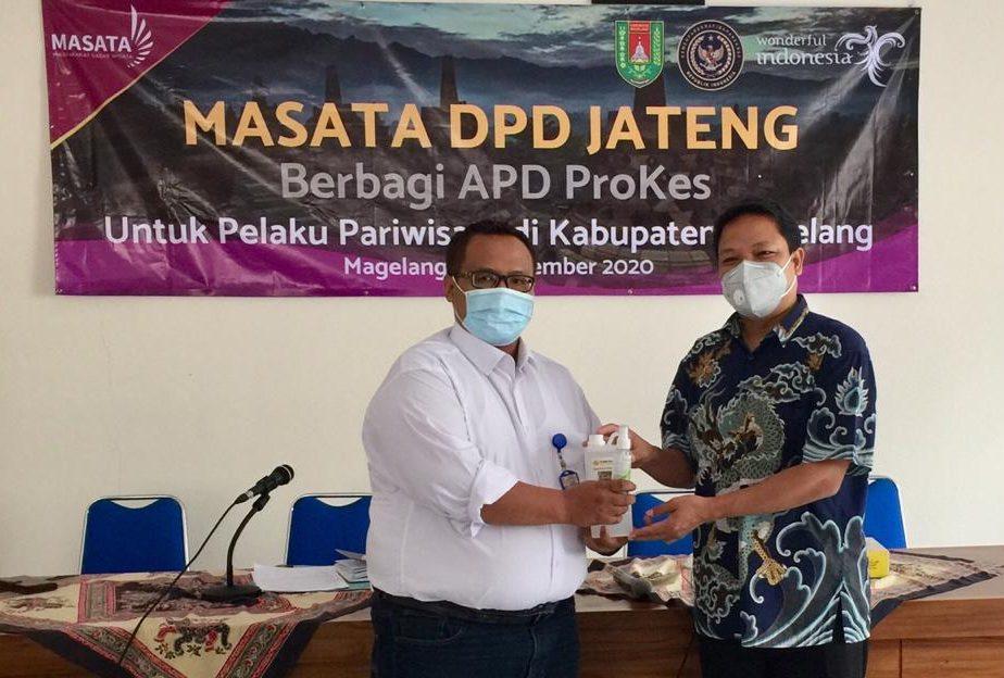 DUKUNGAN: Ketua DPD MASATA Jateng Sugeng Sugiantoro (kanan) menyalurkan bantuan berupa hand sanitizer dan disinfektan kepada pelaku pariwisata di Kabupaten Magelang, Rabu (30/12). (DOK. LINGKAR.CO)