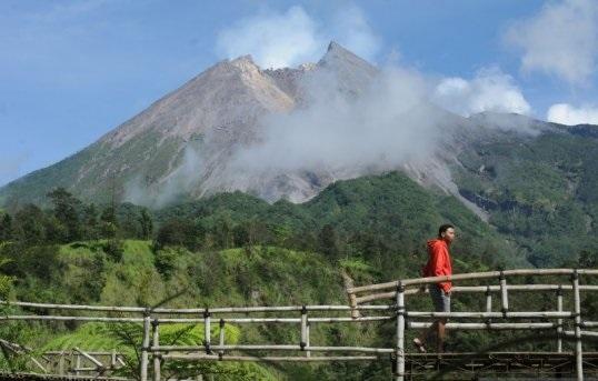 Pengunjung menikmati suasana pemandangan Gunung Merapi di Kalitalang, Balerante, Kemalang, Klaten, Jawa Tengah, Kamis (24/12). (ANTARA/LINGKAR.CO)