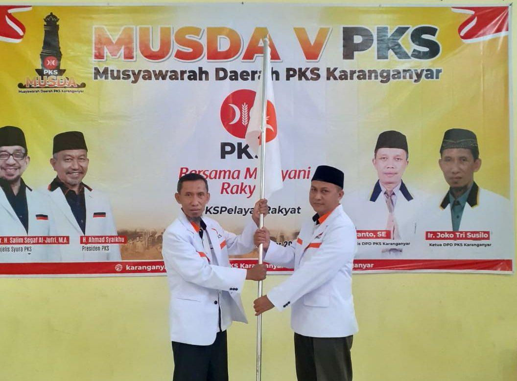 Pergantian -Serah terima estafet kepemimpinan DPD PKS Karanganyar dari ketua lama, Joko Trisusilo (kiri) kepada Anwar Susilo (kanan) dalam Musda V PKS Karanganyar, baru-baru ini. (PUJOKO/LINGKAR JATENG)