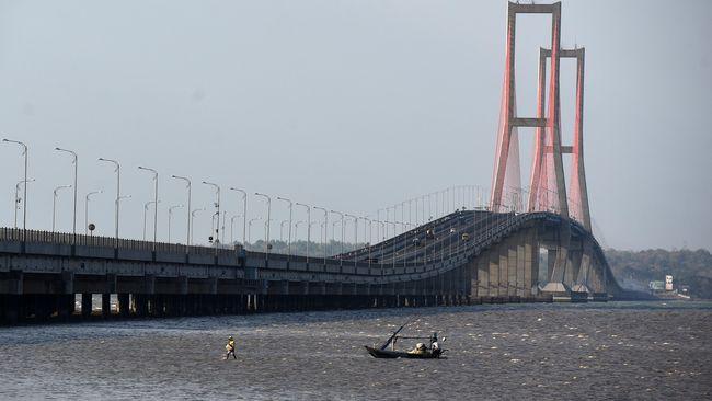 Nelayan menambatkan perahunya di sekitar Jembatan Suramadu, Surabaya, belum lama ini. (ANTARA/LINGKAR.CO)