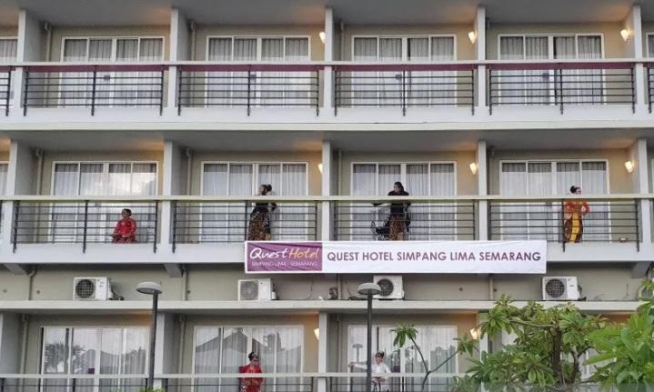 Pementasan Tari Kala Gadang di balkon kamar Hotel Quest Semarang oleh Sanggar Greget, Rabu (30/12). (ANTARA/LINGKAR.CO)