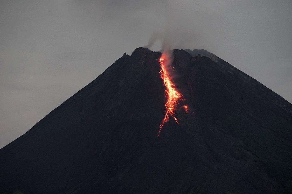 Gunung Merapi mengeluarkan lava pijar yang terlihat dari Tunggularum, Wonokerto, Turi, Sleman, D.I Yogyakarta, Kamis (7/1). (ANTARA/LINGKAR.CO)
