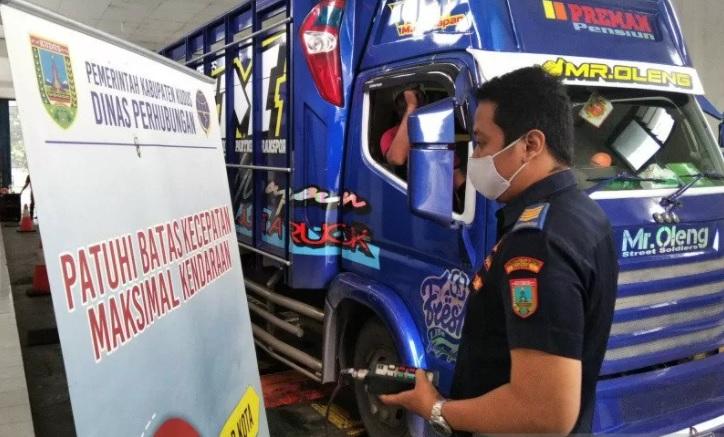 Petugas Dinas Perhubungan Kabupaten Kudus, melakukan pengujian kelaikan kendaraan di tempat pengujian, Senin (18/1). (ANTARA/LINGKAR.CO)