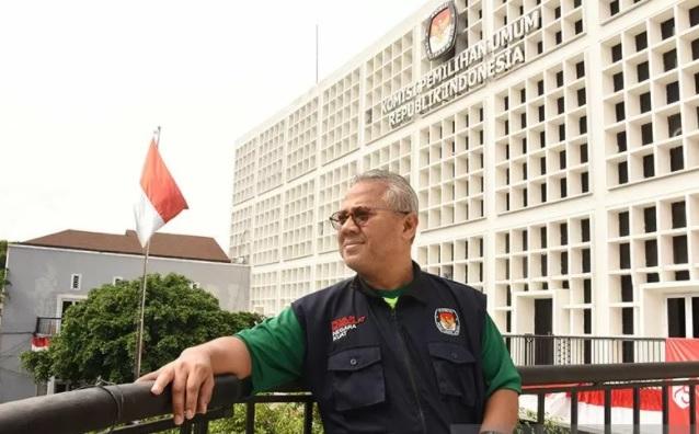 Ketua Komisi Pemilihan Umum (KPU) Arief Budiman berpose di sela wawancara khusus dengan Kantor Berita ANTARA di Kantor KPU, Jakarta. (ANTARA FOTO/LINGKAR.CO)
