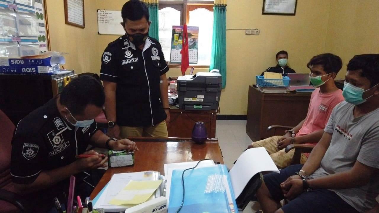 Pelaku pembeli narkoba diperiksa oleh petugas kepolisian di Mapolres Grobogan kemarin. (MUHAMAD ANSORI/LINGKAR.CO)