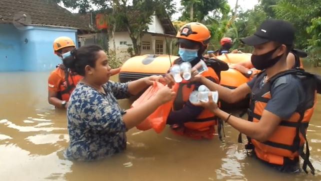 Tangkapan layar youtube ANTARA, petugas sedang memberikan logistic kepada korban banjir. (ANTARA/LINGKAR.CO)