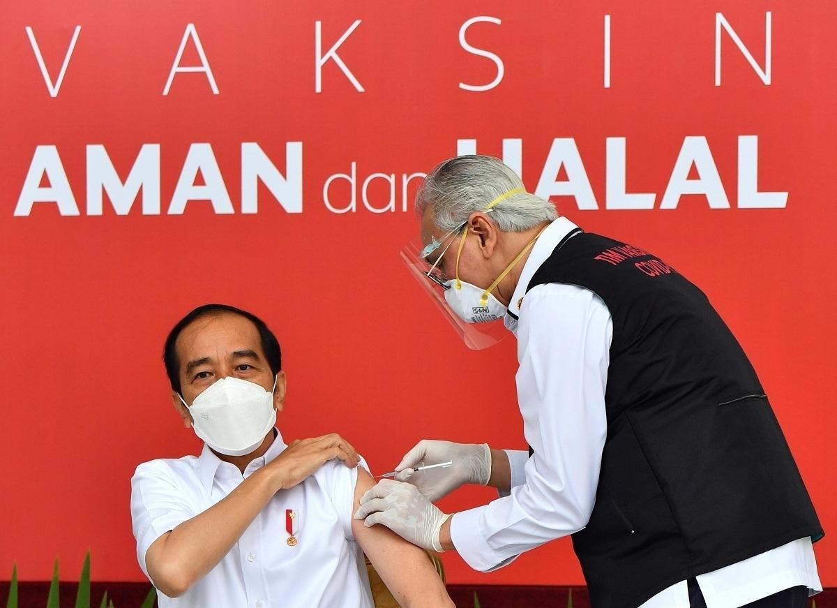Penyuntikan vaksin Sinovac kepada Presiden Joko Widodo di Istana Negara, Rabu (13/1/2021). (KORAN LINGKAR JATENG/LINGKAR.CO)