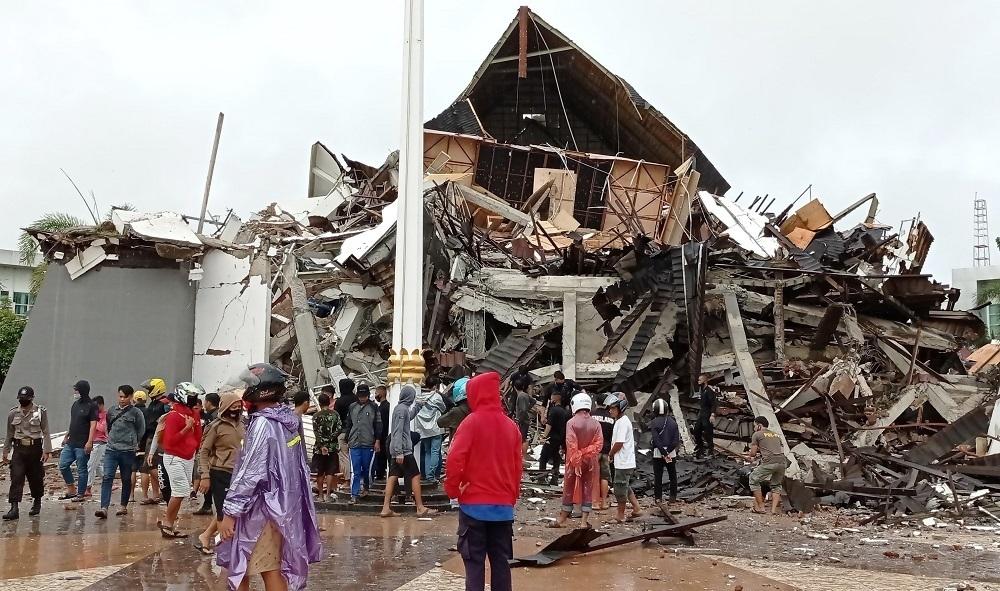 Reruntuhan bangunan yang rubuh, dampak gempa berkekuatan 6,2 magnitudo di Kabupaten Mamuju, Provinsi Sulawesi Barat, Jumat (15/1). (ANTARA/LINGKAR.CO)