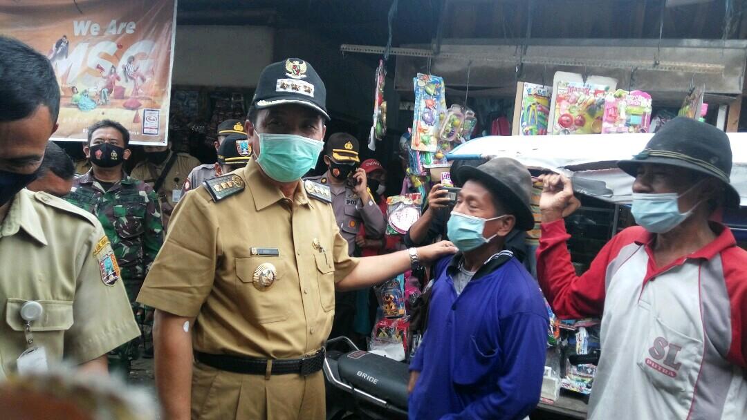 Bupati Rembang, Abdul Hafidz saat melakukan tinjauan ke salah satu pasar di Rembang, belum lama ini. (SALAM/LINGKAR.CO)