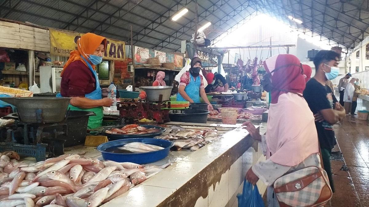 Pedagang dan pembeli di Pasar Bitingan Kudus, saat sedang melakukan transaksi, Senin (18/1). (NISA HAFIZHOTUS SYARIFA/LINGKAR.CO)
