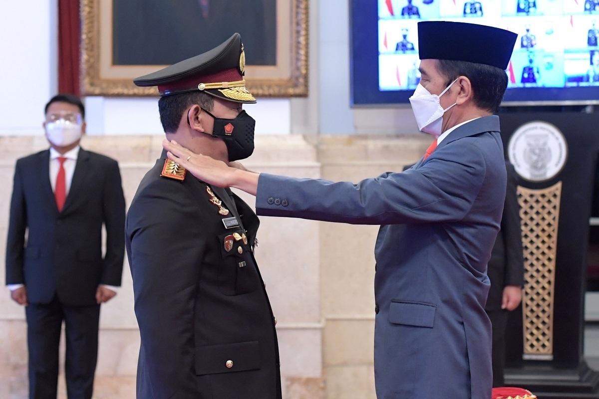 Presiden Joko Widodo (kanan) menyematkan tanda pangkat kepada Kapolri Jenderal Pol Listyo Sigid Prabowo (kiri) saat upacara pelantikan di Istana Negara, Jakarta, Rabu (27/1/2021). (KORAN LINGKAR JATENG/LINGKAR.CO)