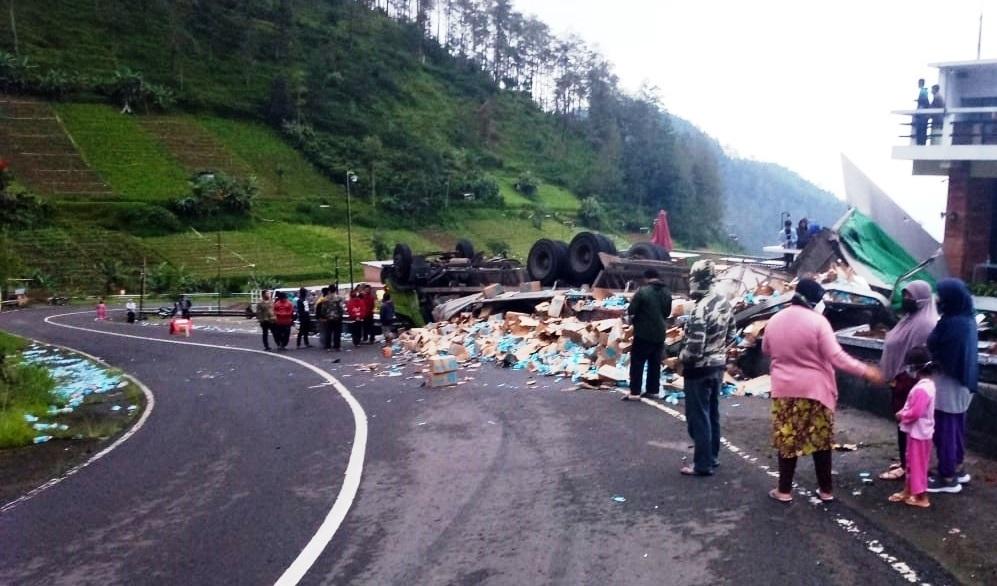 Truk pengangkut minuman kemasan terguling di jalan tembus Tawangmangu, Jumat (22/1) pagi. (PUJOKO/LINGKAR.CO)
