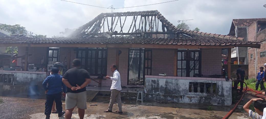 Rumah kontrakan penjual cilok yang berada di Cangakan, Karanganyar Kota, ludes terbakar, Selasa (26/1) pagi. (PUJOKO/LINGKAR.CO)
