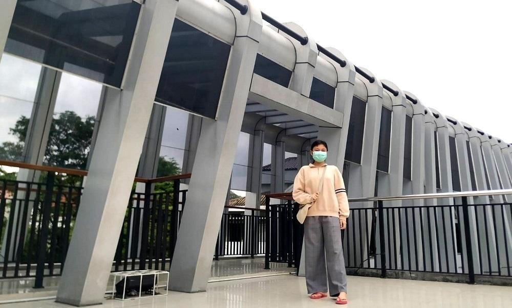 Terlihat wisatawan yang tengah menyusuri keindahan Jembatan Skybride Pandanaran, Kota Semarang, baru-baru ini. (RISCA KRISDAYANTI/LINGKAR.CO)