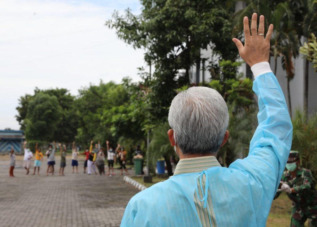 Gubernur Jawa Tengah Ganjar Pranowo mengunjungi tempat isolasi terpusat di Asrama Haji Donohudan, Boyolali, Selasa (19/1). (JATENGPROV/LINGKAR.CO)
