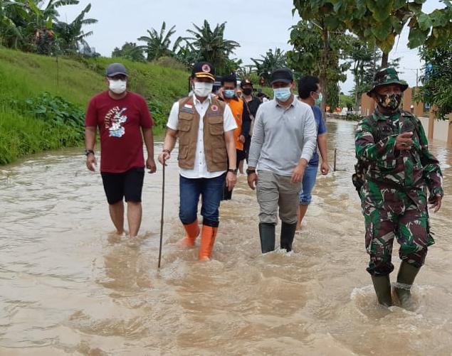 TINJAU: Plt Bupati Kudus Dr. HM Hartopo saat menilik lokasi banjir Sabtu (2/1).(DOK ISTIMEWA/LINGKAR.CO)