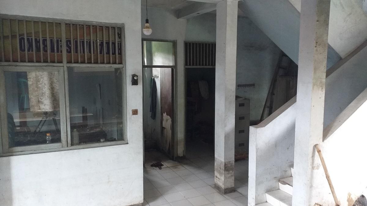 Bangunan rumah singgah milik Dinas Sosial P3AP2 KB Kabupaten Kudus yang tampak kosong dan tidak berpenghuni. (NISA HAFIZHOTUS SYARIFA/LINGKAR.CO)