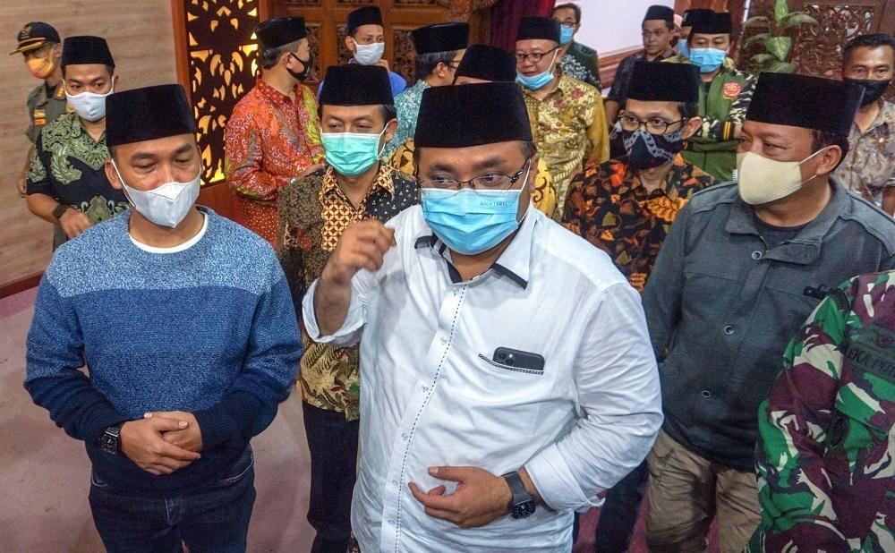 Menteri Agama Yaqut Cholil Qoumas (ketiga kanan) didampingi Bupati Batang Wihaji (ketiga kiri) menjawab pertanyaan wartawan saat kunjungan kerja di Kabupaten Batang, Jawa Tengah, Sabtu (26/12). (ANTARA/LINGKAR.CO)