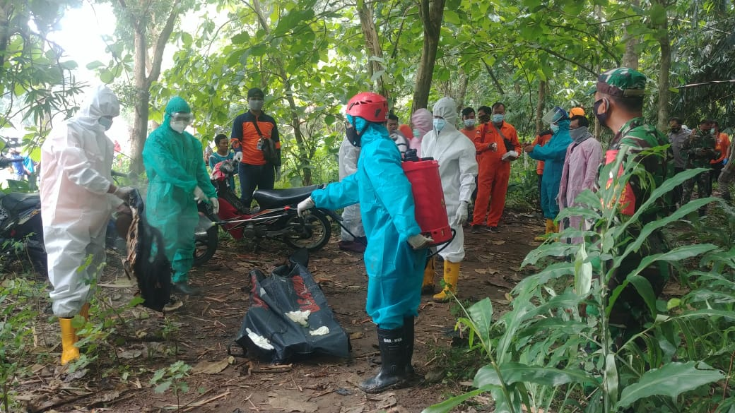 Anggota tim SAR mengambil laki-laki yang tenggelam di sungai Bengawan Bengawan Solo yang berada di wilayah Kebakkramat, Minggu (24/1). (PUJOKO/LINGKAR.CO)