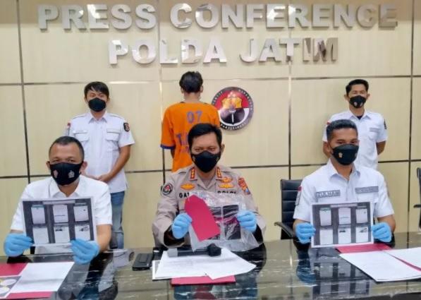 Polisi menunjukkan barang bukti yang disita dari tersangka AP saat merilis kasus itu di Mapolda Jatim, Surabaya, Selasa (26/1/2021). (KORAN LINGKAR JATENG/LINGKAR.CO)