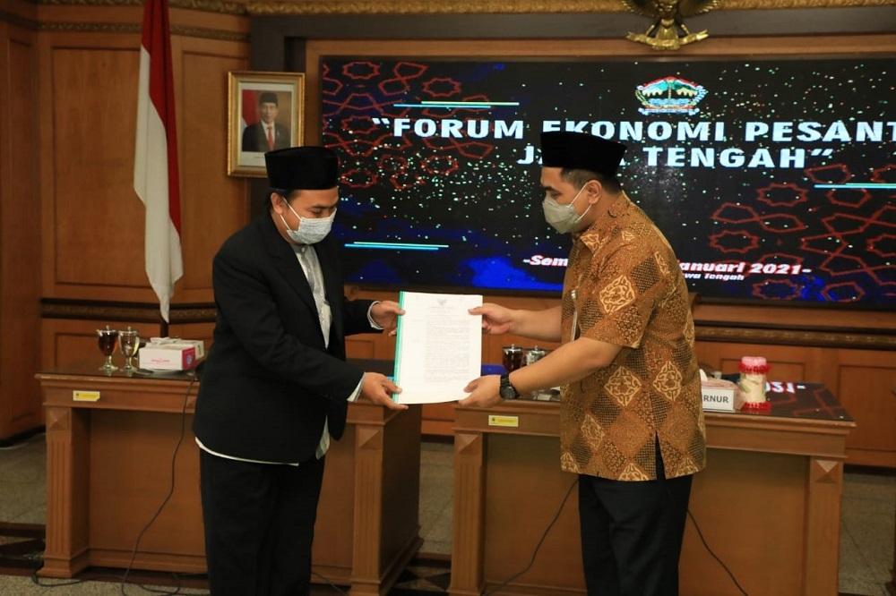 Wagub Jateng Taj Yasin Maimoen usai rapat Forum Ekonomi Pesantren di Kantor Gubernur, Rabu (13/1). (DOK. LINGKAR.CO)