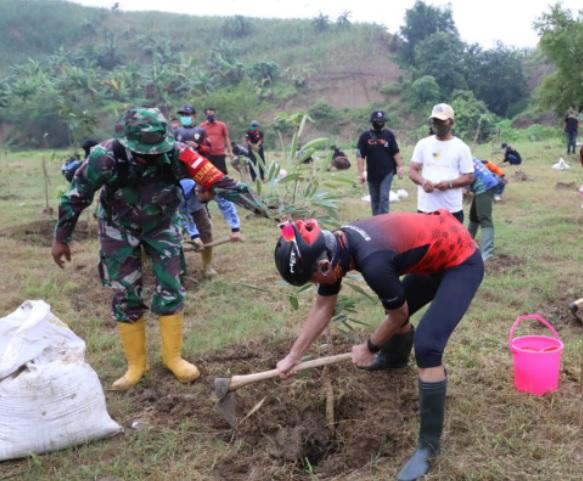 Gubernur Jateng Ganjar Pranowo saat menanam bibit pohon di lahan kritis Desa Jragung, Kabupaten Demak baru-baru ini. (DOK. LINGKAR.CO)