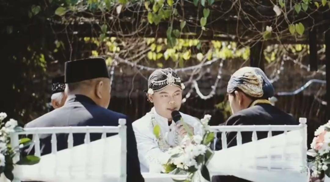 Mempelai pria saat melakukan ijab kabul dalam suatu akad nikah (foto diambil sebelum pandemi). (RISCA KRISDAYANTI/LINGKAR.CO)