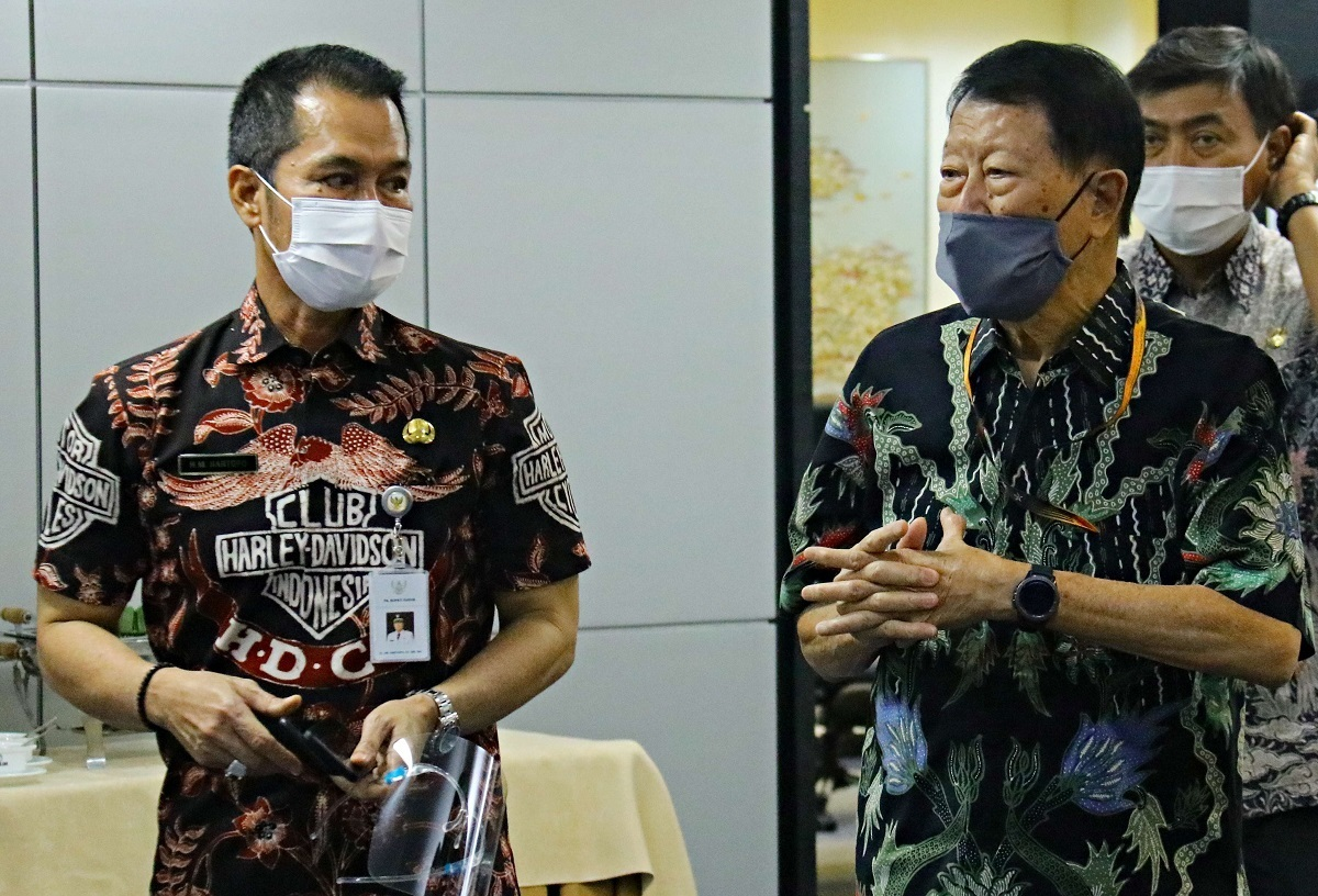 Plt Bupati Kudus Dr. HM Hartopo saat memberi penawaran investasi kepada Direktur Produksi PT Djarum Thomas Budi Santoso. (DOK KOMINFO KUDUS FOR LINGKAR.CO)
