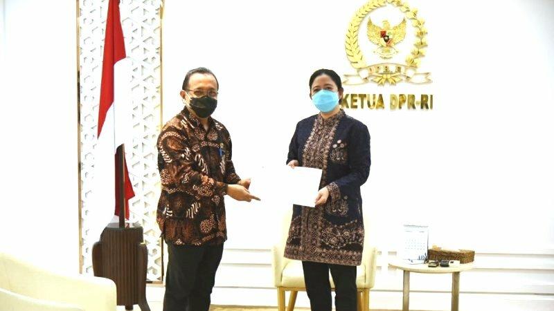 Ketua DPR RI Puan Maharani menerima Surat Presiden tentang nama calon Kepala Kepolisian Republik Indonesia yang disampaikan Menteri Sekretaris Negara Pratikno di Gedung Parlemen, Jakarta Rabu (13/1). (ANTARA/LINGKAR.CO)