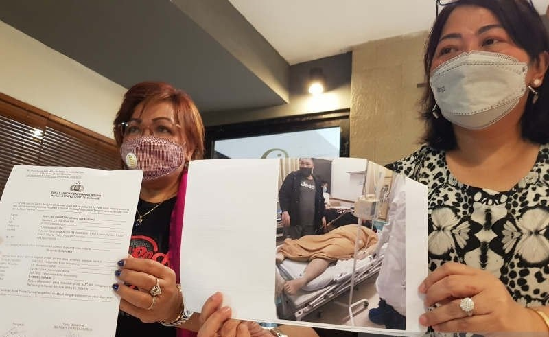 Keluarga dan kuasa hukum Samuel Reven, pasien RS Telogorejo Semarang yang diduga meninggal akibat malapraktik menunjukkan foto dan bukti lapor ke Polda Jateng di Semarang, Rabu (27/1). (KORAN LINGKAR JATENG/LINGKAR.CO)