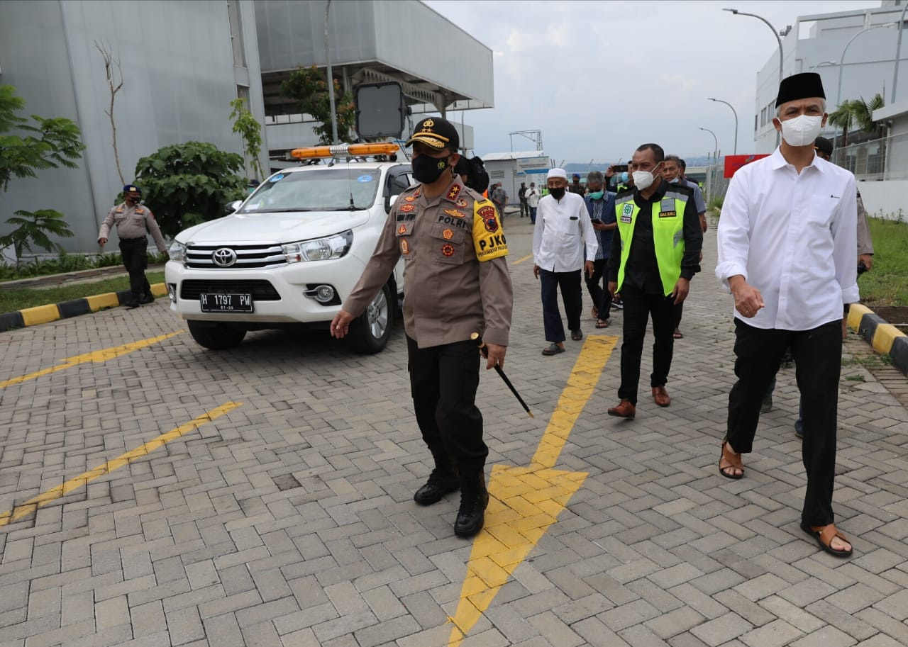Kapolda Jateng Irjen Pol Ahmad Luthfi bersama Gubernur Ganjar Pranowo menyambut kedatangan jenazah Habib Ja'far al Kaff di Bandara Ahmad Yani Semarang, Sabtu (2/1).(ISTIMEWA/LINGKAR.CO)