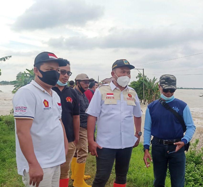 BLUSUKAN : Wakil Ketua DPRD Kudus Sulistyo Utomo saat meninjau lokasi banjir di Dukuh Goleng, Desa Pasuruan Lor, Kabupaten Kudus, Sabtu (2/1). (DOK. LINGKAR. CO)