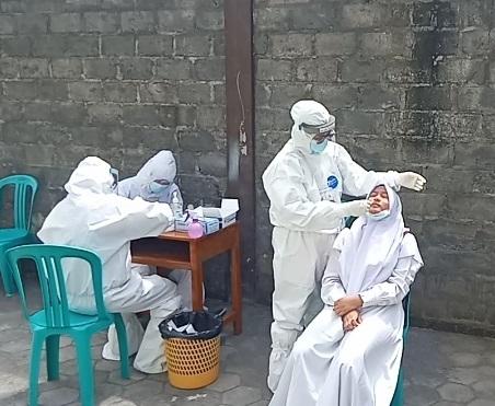 Pelaksanaan swab PCR di Asrama Putri Ponpes di daerah Paulan, Colomadu, Sabtu (16/1/2021). (PUJOKO/LINGKAR.CO)