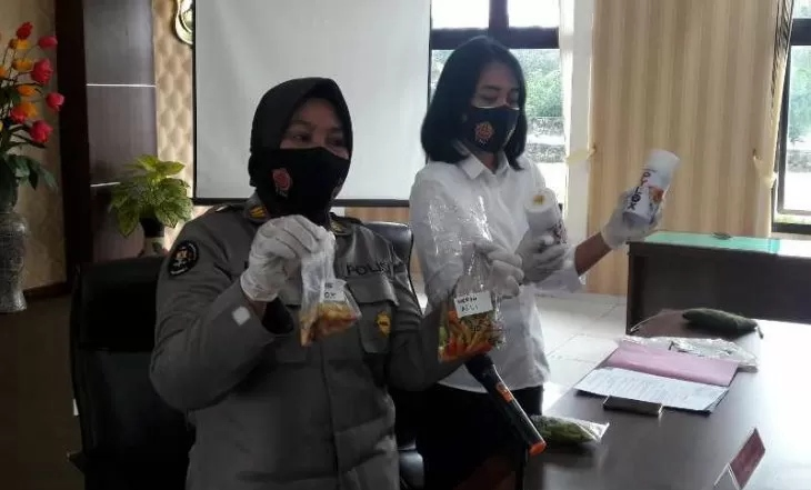 Jajaran Polres Temanggung menunjukkan barang bukti cabai yang telah diwarnai hasil sitaan. (ANTARA/LINGKAR.CO)