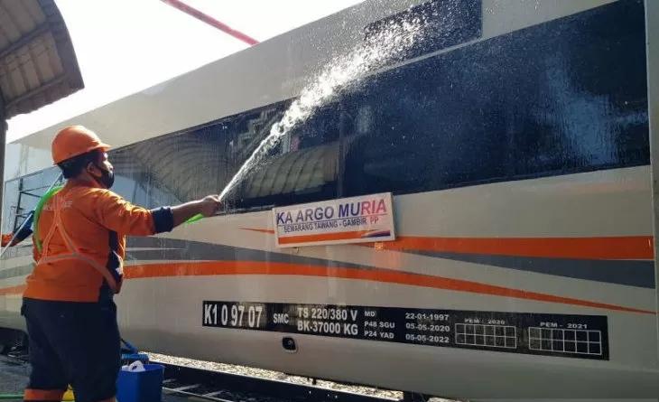 Petugas KAI Daop 4 Semarang sedang membersihkan kereta belum lama ini. (ANTARA/LINGKAR.CO)