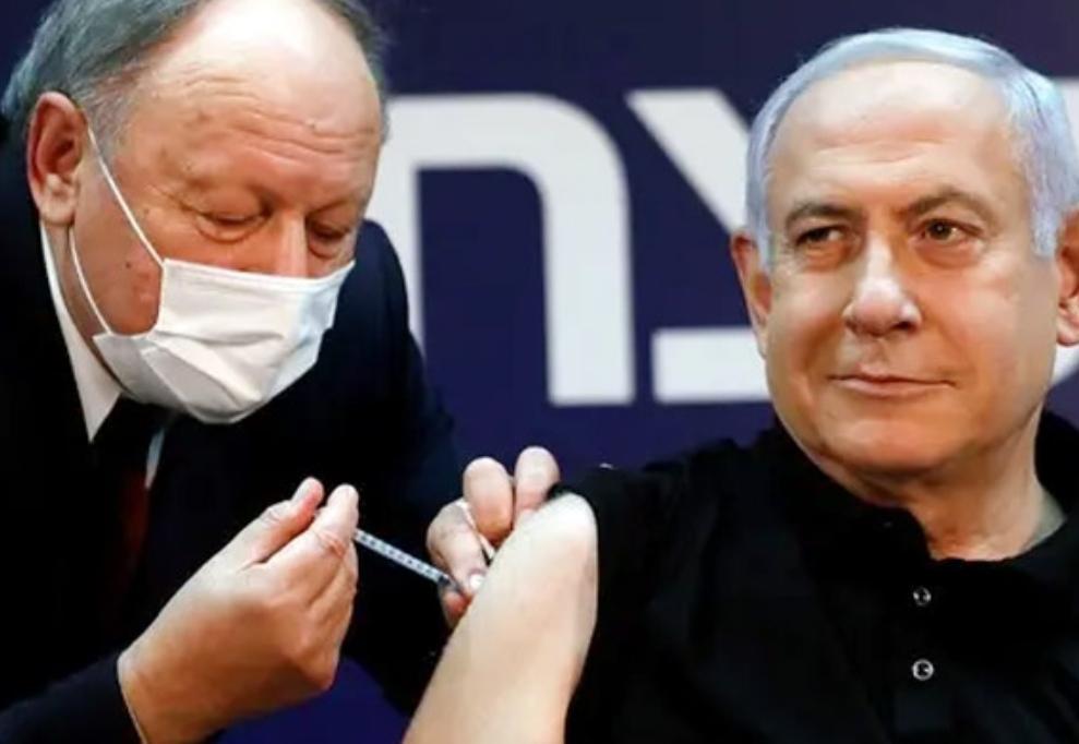 Perdana Menteri (PM) Istael Benjamin Netanyahu mendapatkan suntikan vaksin COVID-19. (ISTIMEWA/LINGKAR.CO)